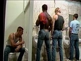 Glory Hole en los lavabos de la prisión