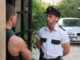 Que bueno está el policía!! - Osos