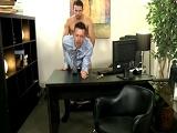 Lo empotró contra la mesa del despacho