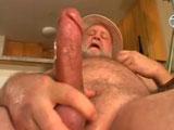 Abuelo peludo cascándose un pajote - Osos