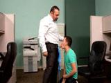 El jefe se folló al joven becario - Osos
