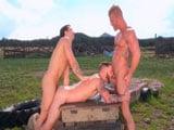 Una por el culo y otra por la boca - Sexo En Público