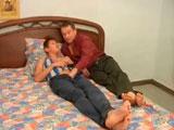 A ver que tienes por aquí hijo mío... - Maduros