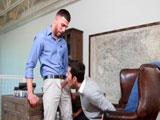 El becario le hace un trabajito al jefe - Tios Buenos