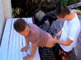 Dos jovencitos follando en el jardín - Sexo En Público