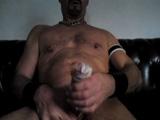 Hombre masturbándose en el mismo condón - Chicos Solos