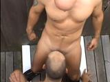 Dos tíos buenos follando en el callejón - Sexo En Público
