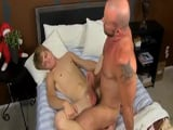 Cuarentón cachas se folla a un joven con cara de chica - Afeminados