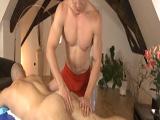 El masajista le pajeó con sus sensuales manos