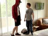 Un desconocido se cuela en su apartamento para follarle