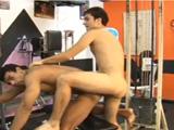 Dos latinos montándoselo en el gimnasio - Latinos