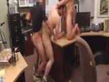 Se follan al nuevo en trío gay en la oficina - Trios