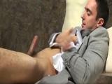 Gay musculoso masturbándose con traje - Chicos Solos