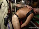 El agente de policia le pone a cuatro patas y se la clava entera