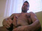 Tío bueno sacando músculo y masturbándose - Cachas