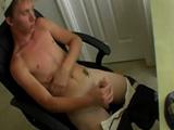 Rubio masturbándose mientras ve porno gay