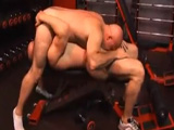 Dos tíos cachas que se quedan muy solos en el gimnasio