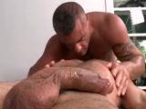 Latino gay cachas haciéndole masajes y comiéndole la polla