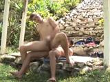 Latino gay bien enculado contra las rocas al aire libre