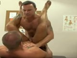 Buen sexo anal sobre la mesa con el profesor de anatomía