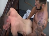 Follando duro por el culo con un desconocido en vestuario