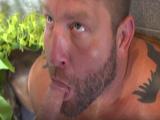 Oso gay con barbita se traga la polla de un joven mojado - Osos