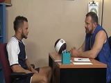 El entrenador de fútbol le cita en su despacho, quiere follar! - Universitarios
