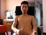 Mi vecino asiático me manda un vídeo suyo desnudo