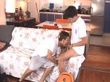 Estudiantes latinos jugando en el sofá de casa, que viciosos