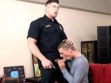 El chico no quiere castigo, por eso tiene sexo con el policía