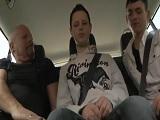 Tío maduro se folla a estos dos estudiantes en el coche - Papis