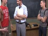Profesor acepta hacer un bukkake con sus alumnos gays - Universitarios