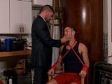 Le ata a una silla y tiene muchas gana de abusar de él.. - Sumisos