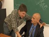 Mi profesor con dos cosas al oído se pone bien caliente - Universitarios