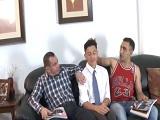 Dos hombres maduros hacen un trío con este jovencito