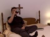 El sacerdote se tira a la bebida y al gran pecado carnal - Trios