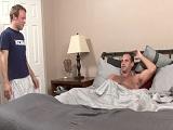Pilla a su novio mientras se está pajeando en la cama