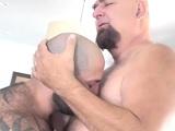 Dos osos muy musculados pero con unas ganas de sexo..