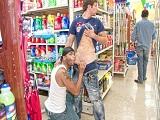 Que locos, se ponen a follar en mitad del súpermercado - Sexo En Público