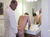 Dejo que mi tío me folle bien fuerte en el cuarto de baño - Incesto
