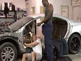 Mecánico y aprendiz follando duro en el taller de coches - Interracial
