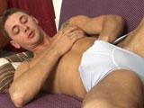 Enzo Bloom se desnuda y se hace una paja - Pornostars
