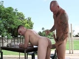 Se pone a follar con un compañero de trabajo, como si nada - Sexo En Público