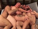 Nada como cuatro buenos amigos haciendo una orgía