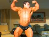 Chico musculoso busca joven para follar