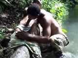 Dos guapos militares se comen las pollas - Latinos