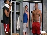 Tres chicos en el vestuario, quien la tendrá más grande? - Trios