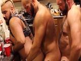 Unos chicos bien peludos follando duro entre ellos!