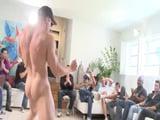 Contratan a un stripper en una fiesta y pierden el control