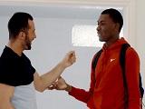 El reencuentro con su amigo negro es para follar con él..